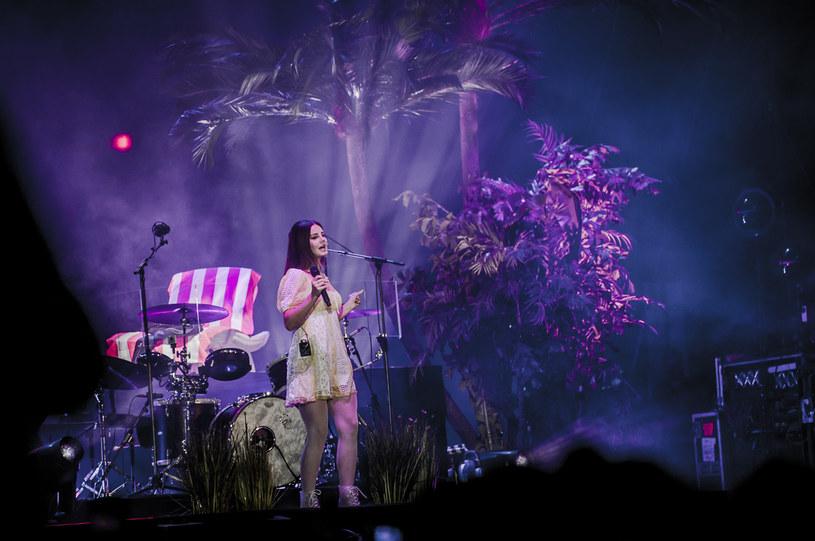 """""""Dziękuję, że jesteście dla mnie wsparciem""""  - mówiła Lana Del Rey do fanów pod koniec swojego koncertu ostatniego dnia Open'era. Więź między amerykańską gwiazdą a jej sympatykami, znów odegrała kluczową rolę."""