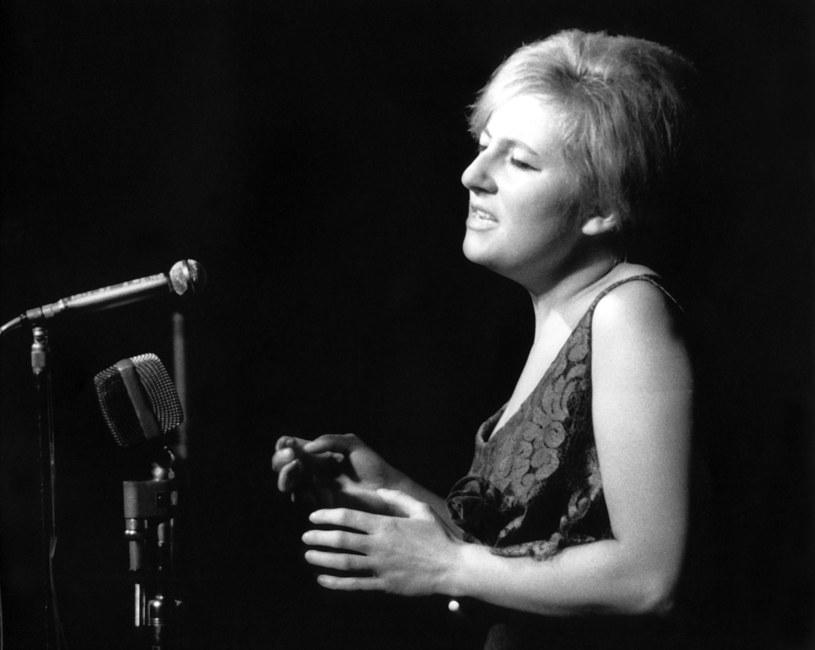 Uroczystości pogrzebowe Wandy Warskiej - piosenkarki, wokalistki jazzowej i interpretatorki poezji śpiewanej - odbędą się 11 lipca w Laskach pod Warszawą i na Powązkach. Artystka zmarła w sobotę 6 lipca po długotrwałej walce z chorobą w wieku 87 lat.