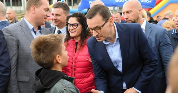"""""""Chcemy, żeby Polską rządziły rodziny, nie, jak dawniej bywało, rody magnackie czy inne, tylko właśnie rodziny"""" - mówił w Kielnie (woj. pomorskie) premier Mateusz Morawiecki. Jak podkreślał, rodzina powinna być fundamentem rozwoju."""