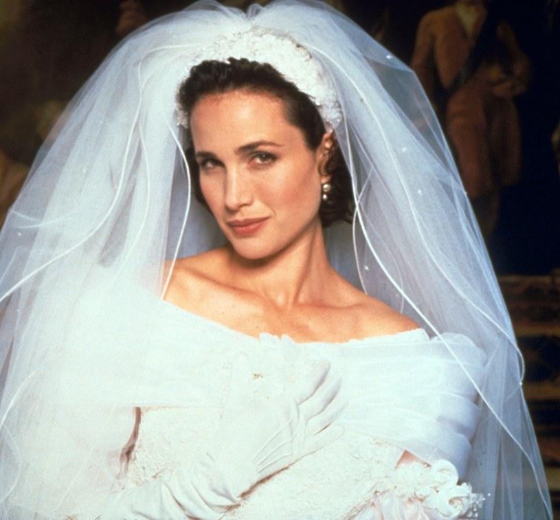 """Jedna z najpopularniejszych komedii romantycznych lat 90. """"Cztery wesela i pogrzeb"""" wraca po 25 latach, tym razem jako serial. Premiera zaplanowana jest na 31 lipca."""