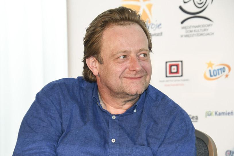 Kiedy kilka dni temu Olaf Lubaszenko pojawił się na festiwalu w Międzyzdrojach, zachwycił swoją nową sylwetką. Aktor, który w przeszłości miewał spore problemy z wagą, od pewnego czasu tylko chudnie. Jak udaje mu się zrzucać kolejne kilogramy? Lubaszenko zdradził, że obyło się bez operacji zmniejszenia żołądka, która w najcięższych przypadkach bywa jedynym rozwiązaniem.