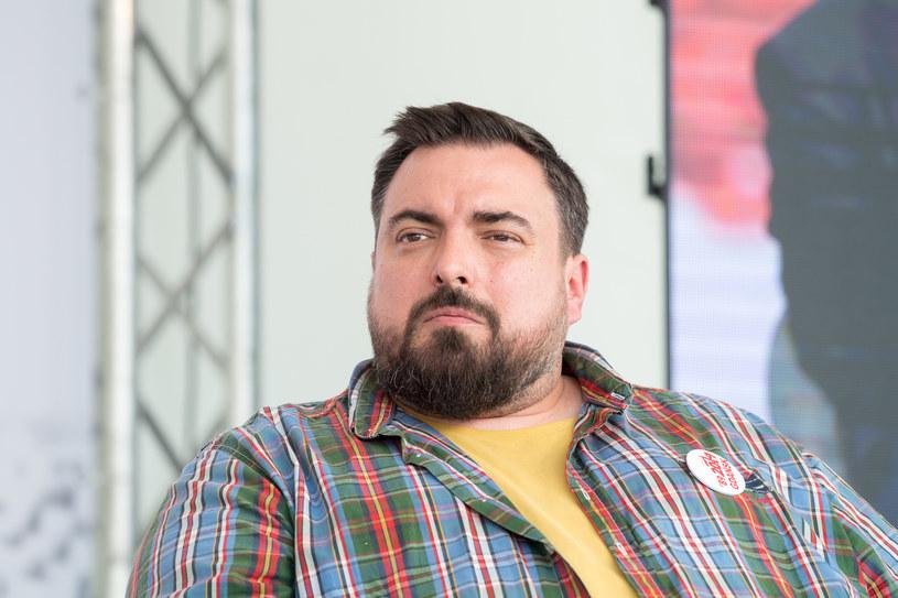 """Tomasz Sekielski był gościem jednego z paneli dyskusyjnych na Open'erze dotyczącego wolnych mediów oraz roli dziennikarstwa obywatelskiego. Twórca głośnego dokumentu """"Tylko nie mów nikomu"""" opowiedział o swoich kolejnych planach."""