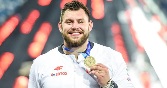 Konrad Bukowiecki zdobył złoty medal Uniwersjady w Neapolu, wygrywając konkurs pchnięcia kulą wynikiem 21,54 m. Biało-czerwoni zdobyli dotychczas pięć krążków w tej imprezie - dwa złote i trzy brązowe.