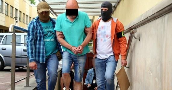 Stołeczni policjanci zatrzymali 54-latka podejrzanego o zlecenie zabójstwa żony, a także jego 35-letniego znajomego, który miał mu pomagać w zbrodni. W Prokuraturze Okręgowej w Warszawie obaj usłyszeli zarzuty. Zostali też tymczasowo aresztowani przez sąd.