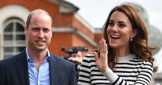 Chcesz pracować dla księcia Williama i księżnej Kate? Wnuk brytyjskiej królowej i jego żona poszukują koordynatora eventów, w których biorą udział. Oferta pracy o takiej treści pojawiła się na oficjalnych stronach internetowych rodziny królewskiej. Zadaniem koordynatora będzie pilnowanie harmonogramu spotkań, przypominanie błękitnokrwistym o nadchodzących wydarzeniach i planowanie ich przebiegu.