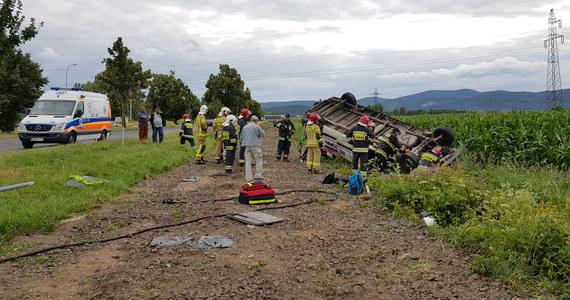 Jedna osoba została ranna po tym, jak w Dzierżoniowie w latarnię uderzył bus i dachował.