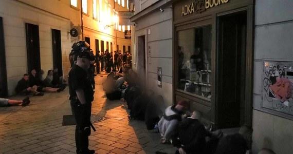 Regularna bitwa z udziałem polskich pseudokibiców w Bratysławie: wieczorem na Starym Mieście doszło do bijatyki między kibolami Cracovii, których wsparli zaprzyjaźnieni kibice Ajaxu Amsterdam, a fanami bułgarskiej drużyny Lewski Sofia. Policja zatrzymała w sumie 107 osób, spośród nich 41 to Polacy, a 15 to Holendrzy. Służby informują również o 17 rannych.