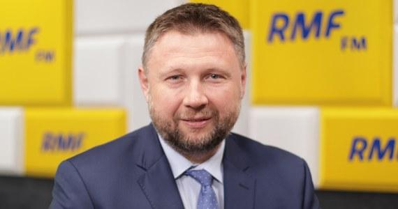 """""""My szykujemy się na każdy z wariantów - i na wariant koalicyjny, i na odnowienie Koalicji Obywatelskiej, czyli koalicję Platformy, Nowoczesnej i niezależnych samorządowców z udziałem Inicjatywy Polska"""" – mówił w Rozmowie w samo południe Marcin Kierwiński z Platformy Obywatelskiej. Na uwagę, że te przeciągające się rozmowy są niczym brazylijska telenowela, Kierwiński powiedział, że to """"poważne rozmowy różnych partii politycznych, z czego Platforma jest najbardziej zdecydowana. Mówimy jasno: chcemy odtworzenia Koalicji Europejskiej, bo to jest formuła, która może pokonać PiS""""."""
