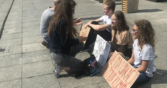 """Niecodzienny protest w centrum Katowic. Troje nastolatków zwraca tam dziś uwagę na problemy związane ze zmianami klimatycznymi. Uważają, że dorosłym chcą powiedzieć: """"Trzeba działać""""."""