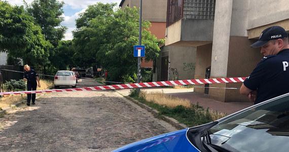 Dramatyczne wydarzenia w kamienicy przy ul. Łąkocińskiej na warszawskim Bródnie. Śmiertelnie postrzelona została 43-letnia kobieta. Ranny został też jej 19-letni syn.