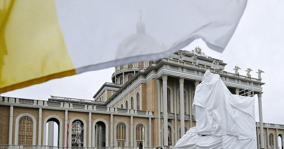 Pomnik Jana Pawła II – już bez klęczącego przed papieżem b. kustosza sanktuarium Matki Bożej Licheńskiej ks. Eugeniusza Makulskiego – zainstalowano w sanktuarium w Licheniu Starym. W czerwcu pomnik został usunięty sprzed tamtejszej bazyliki.