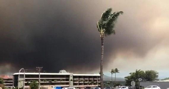 Ponad tysiąc hektarów strawił już ogień na hawajskiej wyspie Maui. Płoną głównie pola i lasy. Służby ewakuowały setki osób z terenów zagrożonych. Tysiące innych otrzymało SMS-y z informacją o przygotowaniu się do ewakuacji. Samoloty, które miały lądować na lotnisko Kahului są kierowane na inne lotniska.