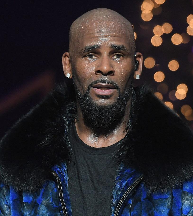 Amerykański wokalista R. Kelly został aresztowany w Chicago pod zarzutami przestępstw seksualnych, dziecięcej pornografii i utrudniania pracy wymiarowi sprawiedliwości. Ma być przewieziony do Nowego Jorku, gdzie stanie przed sądem.