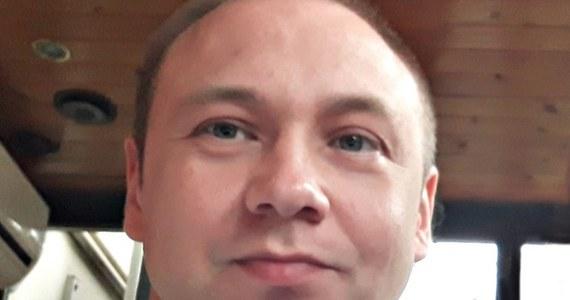 Na stronie warszawskiej policji opublikowano wizerunek ojca zaginionego 5-latka z Grodziska Mazowieckiego. Mężczyzna w środowe popołudnie zabrał chłopca z domu, a kilka godzin później rzucił się pod pociąg. Policjanci apelują, by wszyscy, którzy widzieli go w środę, zgłosili się i wskazali, gdzie to było. Ponawiają także apel o udzielanie informacji na temat szarej skody, którą jeździł mężczyzna.
