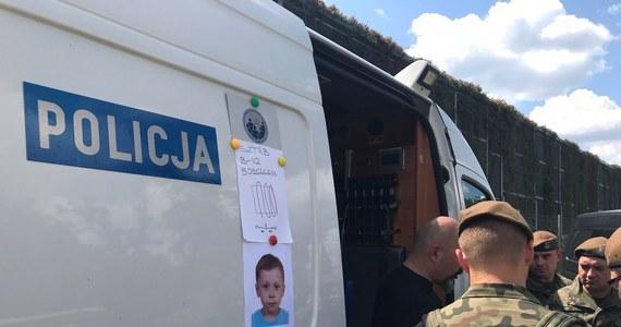 """Drugą dobę trwają poszukiwania 5-letniego Dawida Żukowskiego z Grodziska Mazowieckiego. Chłopca w środę po południu zabrał jego ojciec, wieczorem ciało mężczyzny znaleziono na torach kolejowych - według informacji policji, najprawdopodobniej odebrał sobie życie. Co dzieje się z dzieckiem - wciąż nie wiadomo. Służby wyznaczyły nowy obszar poszukiwań: wzdłuż autostrady A2. W rozmowie z RMF FM szef grupy poszukiwawczej przyznał: """"To że od kilkudziesięciu godzin nie mamy żadnego tropu,wcale nie musi być złą informacją""""."""