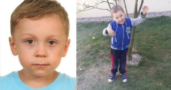 Policja kontynuuje trwające już ponad dwie doby poszukiwania 5-letniego Dawida z Grodziska Mazowieckiego. Oprócz policjantów biorą w nich udział m.in. żołnierze WOT i strażacy. Patrole policji również w nocy sprawdzali okolice m.in. Grodziska Mazowieckiego i węzła Konotopa na wysokości A2.