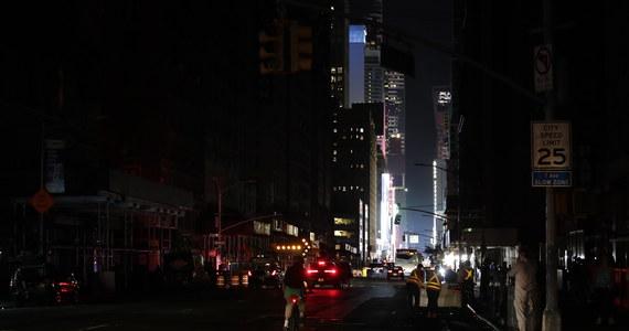 Pożar transformatora spowodował w sobotę wieczorem rozległą awarię sieci energetycznej na nowojorskim Manhattanie. Firmy i biura zostały pozbawione prądu, stanęły windy i pociągi metra.