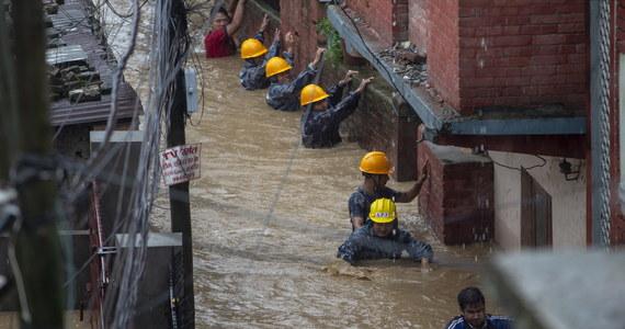 Co najmniej 45 osób poniosło śmierć w Nepalu w ciągu ostatnich kilku dni w wyniku powodzi i osunięć ziemi, do których doszło w następstwie ulewnych deszczy - podała w niedzielę nepalska policja. Co najmniej 31 osób zaginęło i są nikłe szanse na ich odnalezienie.