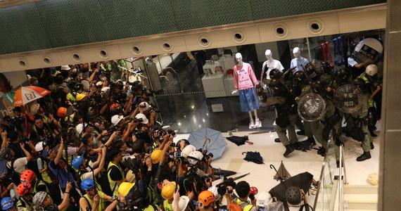 Dziesiątki tysięcy osób protestowały w niedzielę na przedmieściach Hongkongu, powtarzając postulaty z ostatnich wielkich manifestacji, m.in. trwałej rezygnacji władz z planów zmian w ustawie ekstradycyjnej i dymisji szefowej lokalnej administracji Carrie Lam.