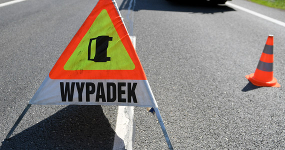 Częściowo zablokowana autostrada A2 na odcinku obwodnicy Poznania w kierunku Świecka. Między węzłami Krzesiny i Luboń ciężarówka zderzyła się tam z samochodem osobowym. Ranny został kierowca ciężarówki.