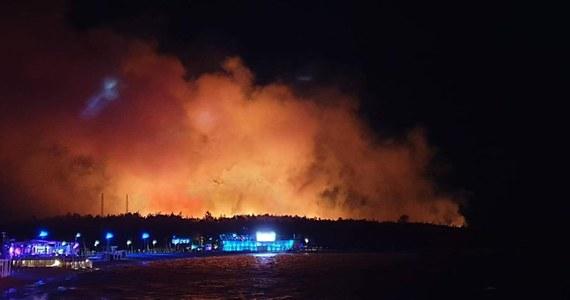 """Około 10 tys. uczestników festiwalu muzycznego na chorwackiej wyspie Pag ewakuowano z terenu imprezy z powodu pożaru, który wybuchł w pobliskim lesie. Jak informują lokalne służby, nikomu nic się nie stało. Jak powiedział w rozmowie z RMF FM jeden z uczestników festiwalu z Polski, w pewnym momencie widać było ogień i kłęby dymu. """"Na telebimach pojawiły się informacje, żeby się ewakuować"""" - dodaje."""