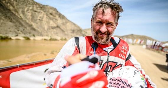 """Rafał Sonik dojechał na pozycji lidera do mety w Dunhuang i wygrał Silk Way Rally. Polak został tym samym nowym liderem Pucharu Świata, którego decydujące rundy rozegrają się w Chile i Maroko. """"Zdecydowała właściwa taktyka oraz bardzo dobre przygotowanie: drużyny, quada oraz moje fizyczne i mentalne. Wszyscy byliśmy zdeterminowani, by powalczyć o zwycięstwo"""" - powiedział na mecie."""