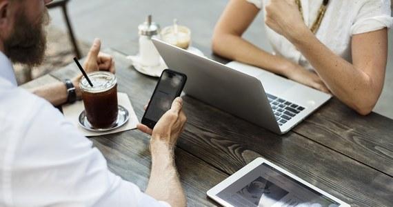 """Sześciu na dziesięciu Polaków odbiera telefon służbowy po pracy, a blisko połowa sprawdza pocztę elektroniczną. Na urlopie do komórki i skrzynki e-mail zaglądamy rzadziej, ale nadal robi tak nawet co drugi badany – wynika z najnowszej edycji badania """"Monitor Rynku Pracy""""."""