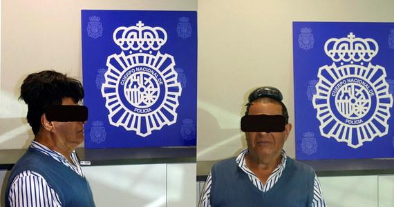 """Aż włos jeży się na głowie. Hiszpańska policja zatrzymała na lotnisku w Barcelonie przemytnika kokainy. Uwagę funkcjonariuszy zwróciło nerwowe zachowanie przybysza z Kolumbii i jego """"dziwaczna"""" fryzura. Okazało się, że pod tupecikiem mężczyzna ukrył pół kilograma narkotyku."""