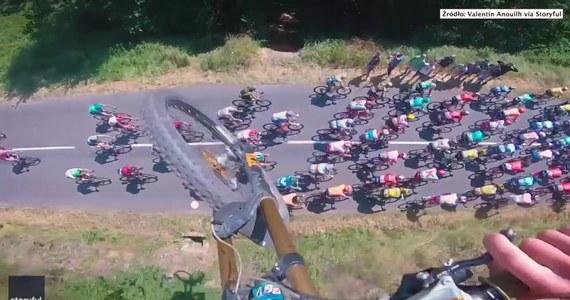 W poniedziałek podczas wyścigu kolarskiego Tour de France mężczyzna na rowerze przeskoczył nad kolarzami. Rowerzysta nagrał swój wyczyn i pochwalił się wideo.