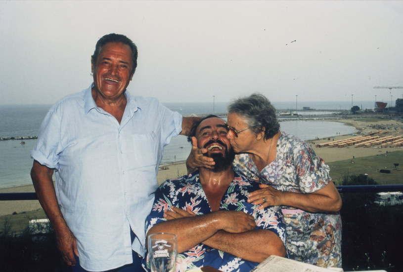 """Śpiewał z Carrerasem, Domingo, Zucchero i Bono, wypełniał stadiony i najważniejsze sale koncertowe, zarzucano mu romans z popkulturą. 2 sierpnia na ekrany kin wejdzie dokumentalny film """"Pavarotti"""" w reżyserii laureata Oscara Rona Howarda."""