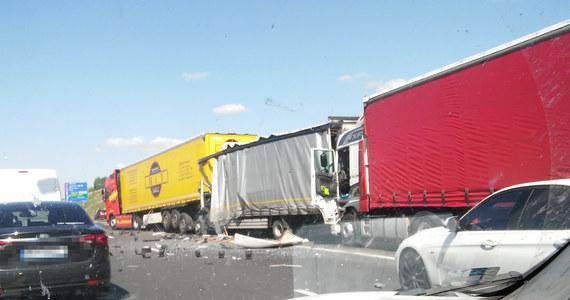 Poważny wypadek na autostradowej obwodnicy Poznania. Między węzłami Krzesiny i Luboń zderzyły się cztery ciężarówki i dwa auta osobowe. Pięć osób zostało rannych.