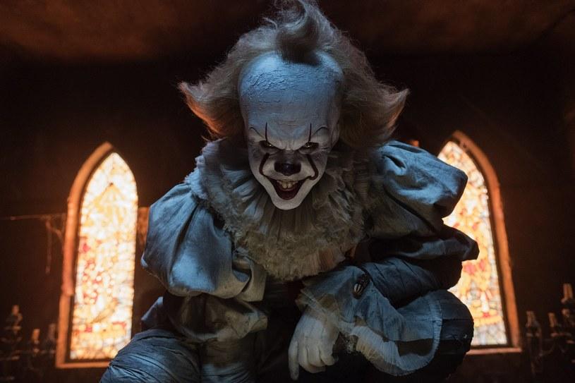 """Klaun Pennywise już niedługo powróci do kin. W Stanach Zjednoczonych odbyły się pierwsze pokazy wyczekiwanego horroru """"To: Rozdział 2"""", a reakcje z seansów trafiły już do sieci. Fani pierwszej części mogą spać spokojnie - opinie są w większości pozytywne."""