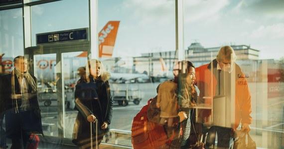 Brytyjskie niskokosztowe linie lotnicze Jet2 wystawiły słony rachunek Brytyjce, która tak bardzo awanturowała się na pokładzie, że lecący do Turcji samolot zawrócił na londyńskie lotnisko Stansted.