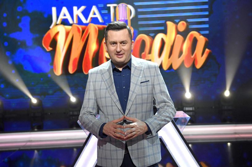 """Nieoczekiwana zmiana miejsc! Telewizja TVP ogłosiła, że już od września program """"Jaka to melodia?"""" oraz """"Koło fortuny"""" zyska nowych prowadzących. W nowym sezonie w roli gospodarza """"Jakiej to melodii?"""" zobaczymy Rafał Brzozowskiego, natomiast Norbi pojawi się jako prowadzący """"Koło fortuny""""."""