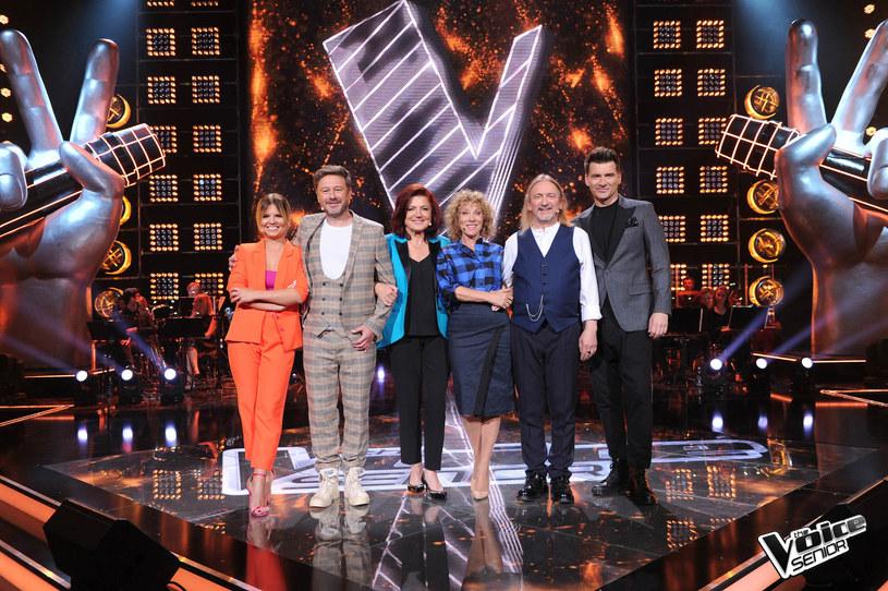 """Rozpoczęły się nagrania do pierwszej edycji programu """"The Voice Senior"""". Już w grudniu, na antenie TVP2, będziemy mogli oglądać pierwszą polską edycję tego muzycznego show. Kto znalazł się wśród trenerów i prowadzących?"""