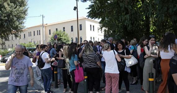 Trzęsienie ziemi o magnitudzie 5,3 nawiedziło Grecję. Jego epicentrum znajdowało się w odległości ok. 20 kilometrów od Aten - podało centrum sejsmologiczne EMSC. Wstrząsy wyczuwalne były w stolicy, gdzie ludzie w panice wybiegali z budynków.