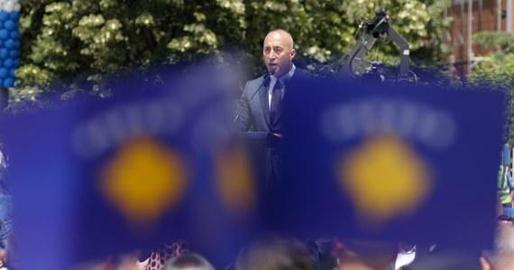 Premier Kosowa Ramush Haradinaj niespodziewanie podał się do dymisji. Decyzję motywował otrzymaniem wezwania do sądu w Hadze w charakterze podejrzanego. Specjalna Izba Sądowa Kosowa prowadzi tam śledztwo w sprawie zbrodni wojennych z lat 1998-2000.