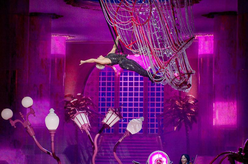 """Podniebne akrobacje, choreografie niczym wyjęte z """"Dirty Dancing"""" i szalone kostiumy. Takich atrakcji podczas zaledwie jednego wieczoru Stadion Narodowy dawno nie widział. W sobotni wieczór na scenie wystąpiła Pink, dając pewnie jeden z najlepszych, a przynajmniej najbardziej widowiskowych koncertów tego roku."""