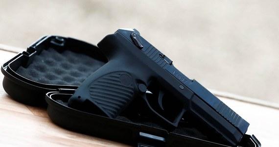 Policjanci ze Szczytna zatrzymali 16-latka, który jadąc, jako pasażer auta strzelał z plastikowych kulek do mijanych samochodów. Chłopak stanie przed sądem za stwarzanie zagrożenia w ruchu.