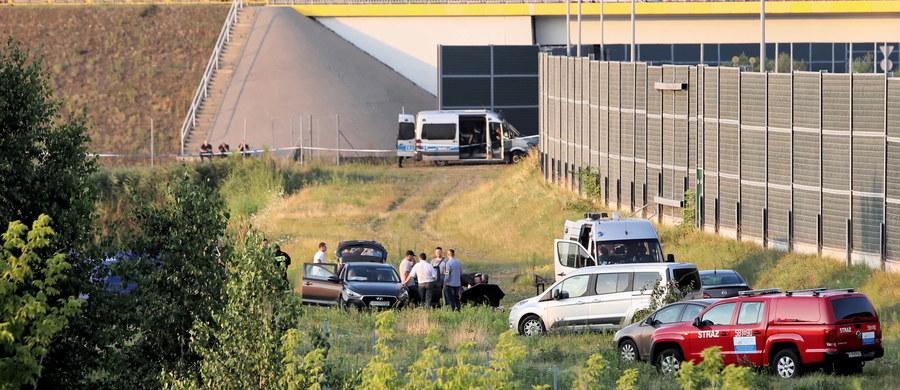 Ciało 5-letniego Dawida ukryte było w gęstej trawie, można powiedzieć, że osoba, która je tam porzuciła, robiła wszystko, aby utrudnić jego odnalezienie - mówi rzecznik KGP insp. Mariusz Ciarka. W sobotę stołeczna policja poinformowała, że na trasie A2 między Warszawą a Grodziskiem Mazowieckim, w okolicach węzła Pruszków, znaleziono ciało dziecka. W poniedziałek rzecznik Prokuratury Okręgowej w Warszawie prok. Łukasz Łapczyński potwierdził, że są to zwłoki 5-letniego Dawida.