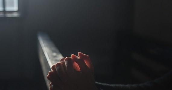 Będąca pod wpływem alkoholu kobieta włamała się do kościoła w Suchym Lesie pod Poznaniem - informuje Onet. Jak podała parafia, doszło do profanacji ołtarza i prezbiterium.