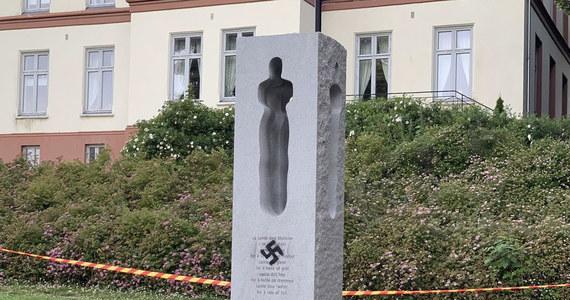 Niebywały akt wandalizmu. W ósmą rocznicę zamachów w Norwegii ktoś namalował sprejem swastykę na pomniku ofiar, który stoi w parku w Tønsberg. W atakach przeprowadzonych 22 lipca 2011 roku przez Andersa Breivika w Oslo i na wyspie Utøya zginęło 77 osób.