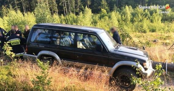 Policjanci z Wisły zatrzymali kierowcę, który doprowadził do wywrócenia pojazdu w pobliżu szlaku turystycznego w Beskidzie Śląskim. Auto stoczyło się ze skarpy. Kierowca był nietrzeźwy.