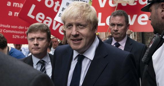 55-letni były minister spraw zagranicznych i były burmistrz Londynu Boris Johnson został we wtorek nowym liderem rządzącej Partii Konserwatywnej i w środę zastąpi na stanowisku premiera Wielkiej Brytanii ustępującą po trzech latach Theresę May. Charyzmatyczny, acz kontrowersyjny polityk będzie miał za zadanie stworzenie eurosceptycznego rządu w nadziei na przełamanie wielomiesięcznego impasu w negocjacjach z Unią Europejską w sprawie brexitu.