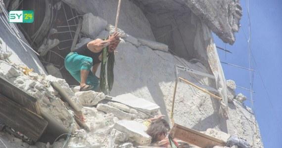 5-letnia dziewczynka przysypana gruzami zbombardowanego domu desperacko próbuje uratować przed upadkiem 7-miesięczną siostrzyczkę, trzymając ją za koszulkę. I dramatyczny moment, gdy obie spadają z wysokości piątego piętra. Zdjęcie zrobione w zbombardowanym mieście Ariha stało się symbolem tragicznego losu syryjskich dzieci.