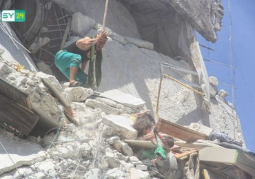 Dramatyczne zdjęcie z Syrii: 5-latka próbuje ratować siostrzyczkę, trzymając ją za koszulkę