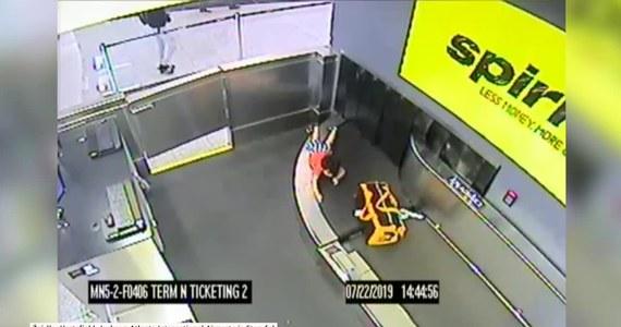 """2-letnie dziecko zostało porwane przez taśmę na bagaż na lotnisku w Atlancie. Służby poinformowały, że chłopiec jest """"mocno poobijany, ma siniaki i spuchnięte rany"""". Gdy pozostawiony bez opieki 2-latek bawił się przy taśmie, został porwany przez przesuwającą się walizkę. Uratowali go pracownicy służb bezpieczeństwa. Zdarzenie trwało około pięć minut."""