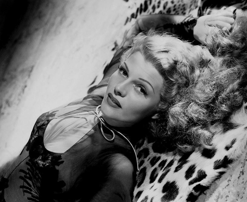 """Kobiety chciały być jak ona, mężczyźni marzyli, aby ją zdobyć. Miała urodę, sławę i pieniądze. Najbardziej jednak pragnęła miłości. I nigdy jej nie zaznała. """"Mężczyźni idą do łóżka z Gildą, a budzą się ze mną"""" - tak Rita Hayworth podsumowała swoje sercowe przygody."""