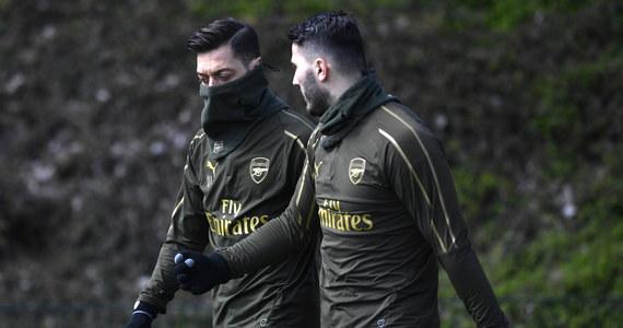 Piłkarze Arsenalu Mesut Oezil i Sead Kolasinac uciekli uzbrojonym w noże napastnikom, którzy próbowali ukraść samochód byłego reprezentanta Niemiec - informują brytyjskie media. Jemu i Bośniakowi nic się nie stało w wyniku incydentu, do którego doszło w Londynie.