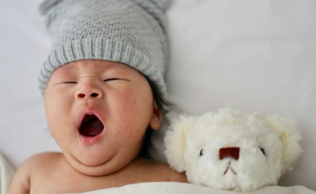 """Skóra noworodka jest delikatna, wrażliwa i wymaga specjalnej pielęgnacji. Możesz przekonać się o tym już kilka chwil po porodzie, gdy następuje pierwszy kontakt """"skóra do skóry"""". Mimo tego, że jej skład jest taki sam, jak u dorosłego człowieka, jest jeszcze niedojrzała i cienka. Właśnie dlatego powinno się pielęgnować skórę małego człowiek w sposób szczególny. Jak pielęgnować skórę noworodka, jakie kosmetyki i emolienty dla noworodków wybrać i na co zwracać uwagę?"""